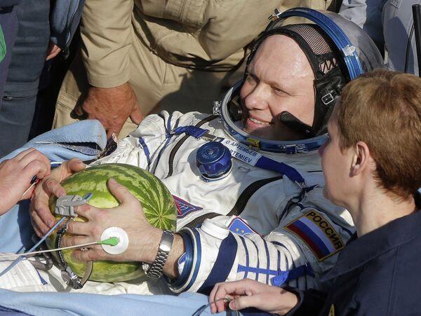 Российский космонавт Олег Артемьев после приземления спускаемого аппарата корабля Союз ТМА-12М