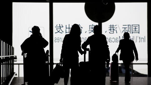 Пассажиры с багажом в международном аэропорту. Китай. Архивное фото