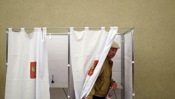 Житель Москвы голосует на выборах в Московскую Городскую Думу