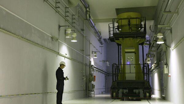 Специалист ФГУП Горно-химический комбинат за работой. Архивное фото