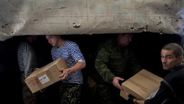 Разгрузка гуманитарной помощи. Архивное фото