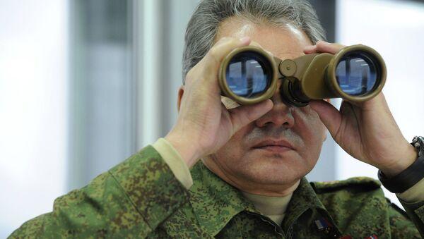 Министр обороны РФ Сергей Шойгу во время наблюдения за военными учениями