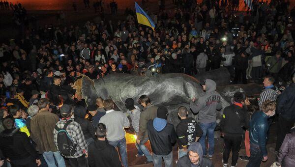 Памятник Ленину снесли в Харькове, 28 сентября 2014