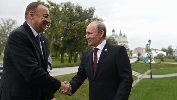 Президент России Владимир Путин (справа) и президент Азербайджана Ильхам Алиев на церемонии официальной встречи глав государств-участников IV Каспийского саммита в Астраханском кремле