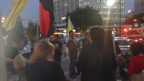 Украинские националисты на улице Лиссабона возле места проведения выставки о трагедии в Одессе