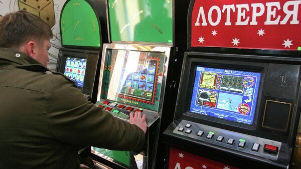 Посетитель салона с игровыми автоматами. Архивное фото