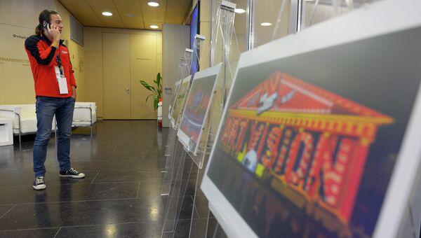 Журналист на выставке, посвященной международному фестивалю Круг света