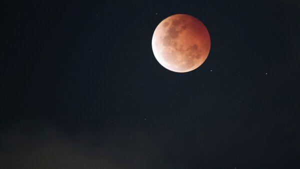 Луна красного цвета во время полного затмения в Сиднее 8 октября 2014