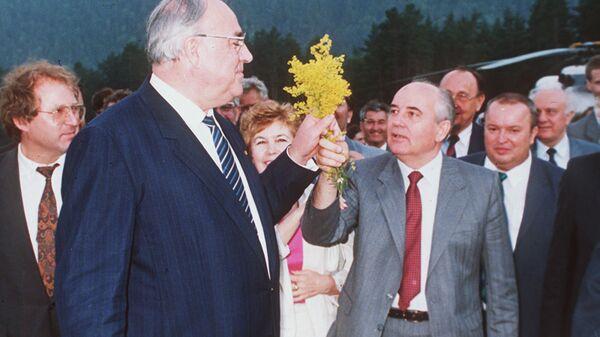 Президент СССР Михаил Горбачев и канцлер Германии Гельмут Коль