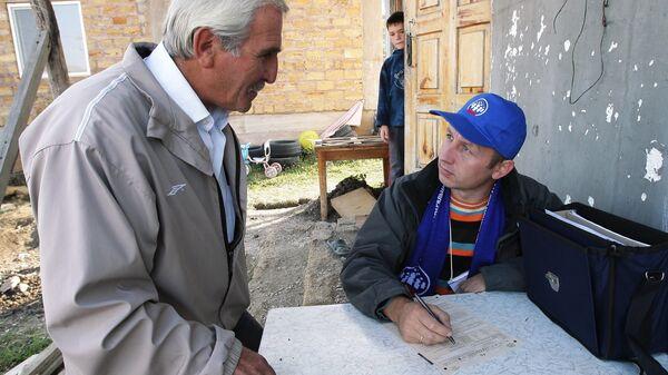 Сотрудник федеральной службы государственной статистики производит перепись жителей села