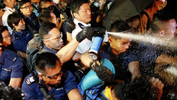 Полиция применяет слезоточивый газ в столкновении с протестующими в Гонконге