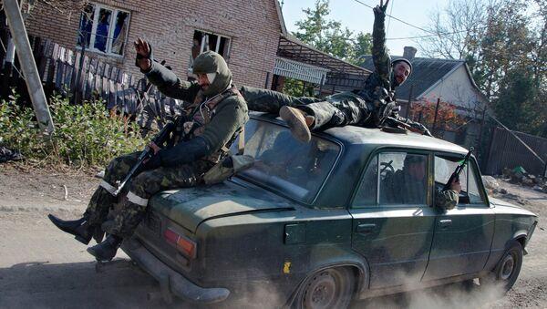 Ополченцы едут на автомобиле недалеко от Донецка. Архивное фото