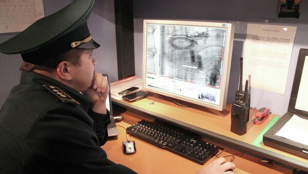 Работник таможенной службы. Архивное фото