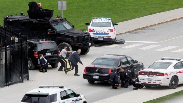 Полиция возле здания парламента Канады в Оттаве 22 октября 2014