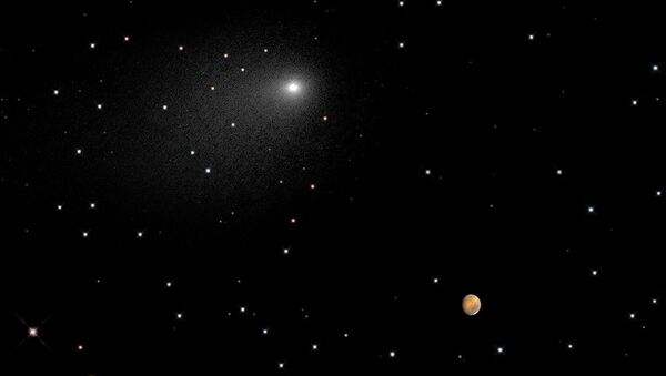 Уникальный композиционный снимок прохода кометы Siding Spring рядом с Марсом