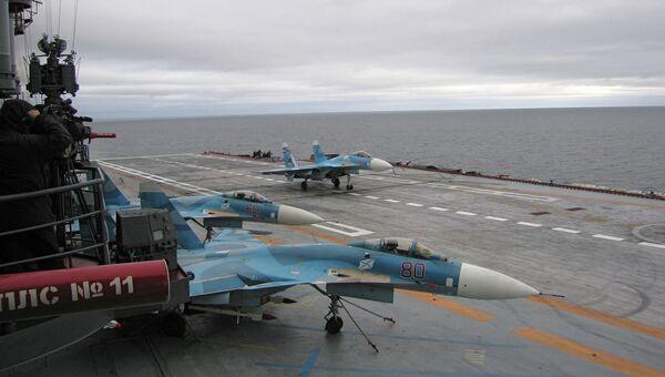 Самолеты на борту авианосца. Архивное фото