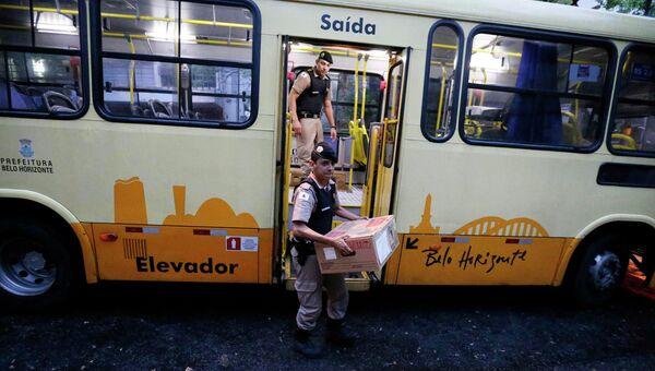 Полицейские выносят урны для голосования на участке в Белу-Оризонти, Бразилия