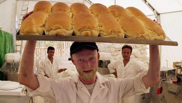 Пекарь из Слайго несет свежеиспеченный хлеб с поля пекарни