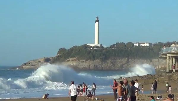 Ветер с моря дул: как большие волны распугали людей на пляже