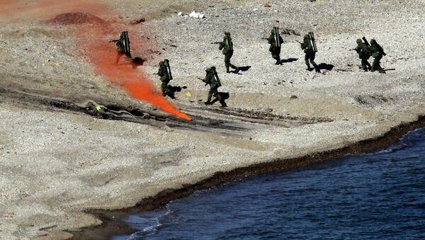 Высадка морского десанта во время учений Тихоокеанского флота. Архивное фото
