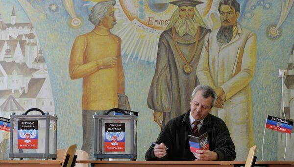 Член участковой избирательной комиссии в школе № 1 города Донецка
