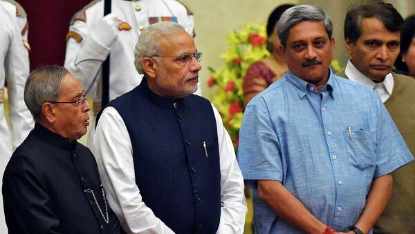 Президент Индии Пранаб Мукерджи, премьер-министр Нарендра Моди, новый министр Манохар Паррикар и Суреш Прабху