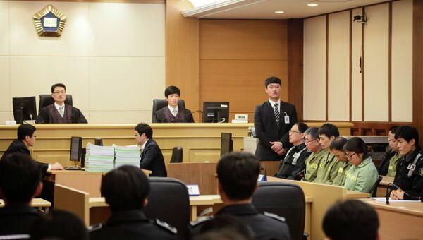 Капитан затонувшего парома Севол  Ли Джун Сок вместе с членами экипажа в начале разбирательства в зале суда в Кванджу