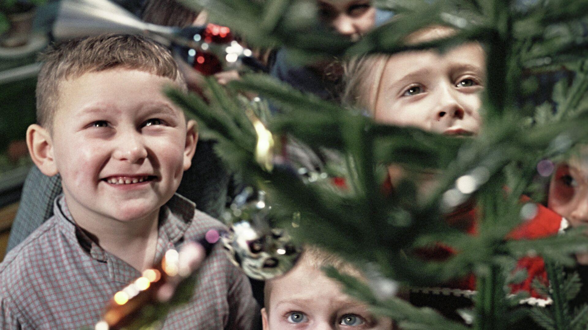 Дети стоят у новогодней елки - РИА Новости, 1920, 08.12.2020