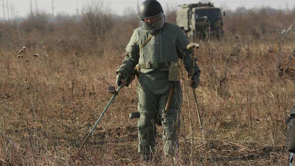 Разминирование местности в Чеченской Республике. Архивное фото.