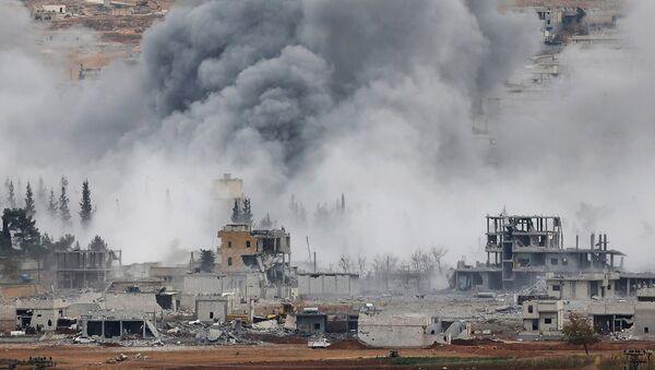 Дым над городом Кобани, Сирия, после авиаударов военно-воздушных сил США. Вид с холма на границе Турции и Сирии. 17 ноября 2014