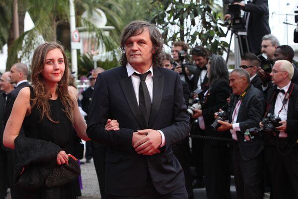 Режиссер Эмир Кустурица с дочерью Дуней на церемонии открытия 64-ого Каннского кинофестиваля у Дворца фестивалей. 2011 год