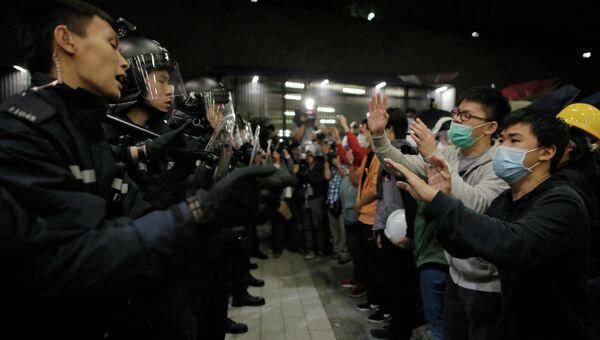 Полицейские и протестующие возле здания Законодательного совета Гонконга