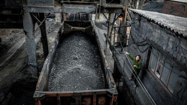 Отгрузка угля в вагоны на шахте имени Челюскинцев в Донецке, архивное фото
