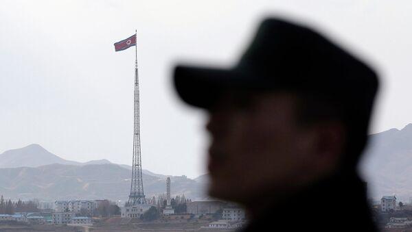 Флаг КНДР возле границы между Северной и Южной Кореей. Архивное фото