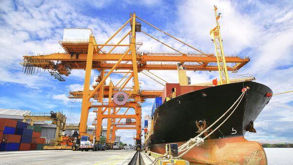 Погрузка контейнера на торговое судно