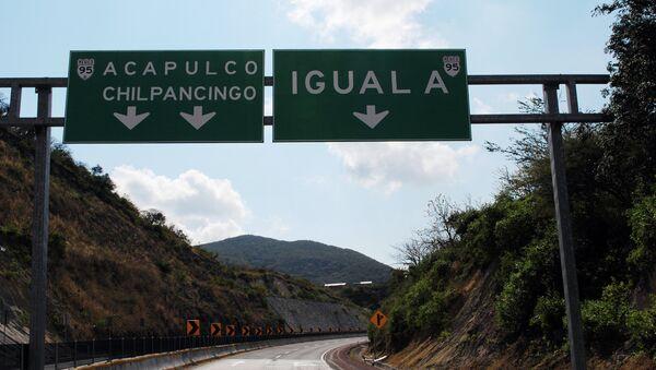 Указатель на Игуалу на трассе в Мексике. Архивное фото