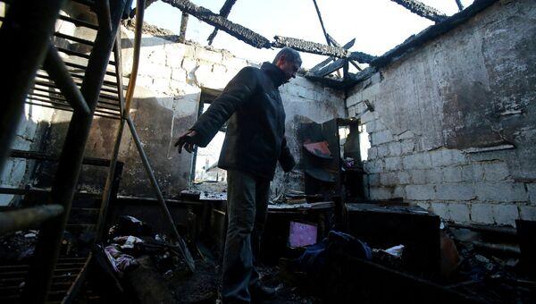Житель Донецка в своем доме разрушенном во время обстрела города