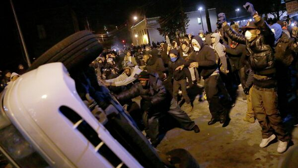 Протестующие перевернули полицейский автомобиль в Фергюсоне