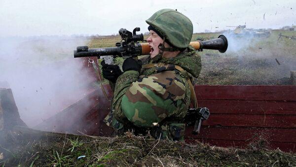 Военнослужащий стреляет из гранатомета на учениях морских пехотинцев. Архивное фото
