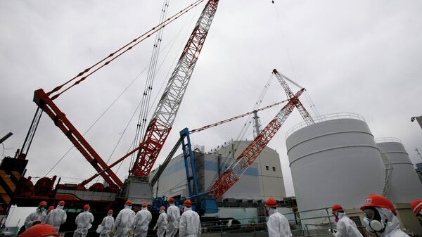 Рабочие возле АЭС Фукусима-1