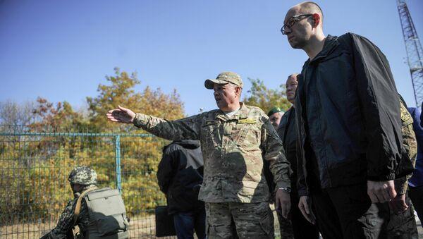 Премьер-министр Украины Арсений Яценюк инспектирует возведение Стены в Харьковской области. 15 октября 2014