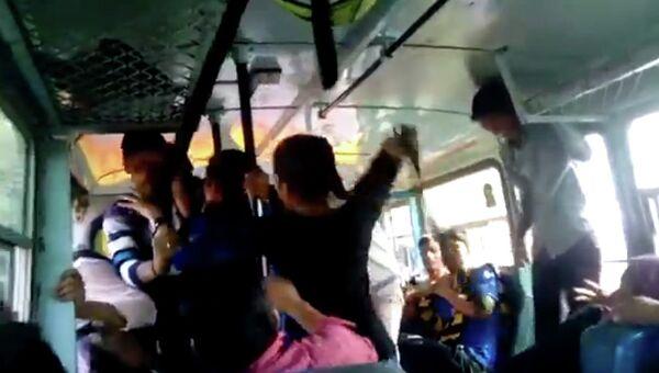 Драка в индийском автобусе