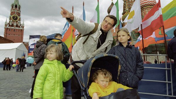 Семья москвичей на Васильевском спуске