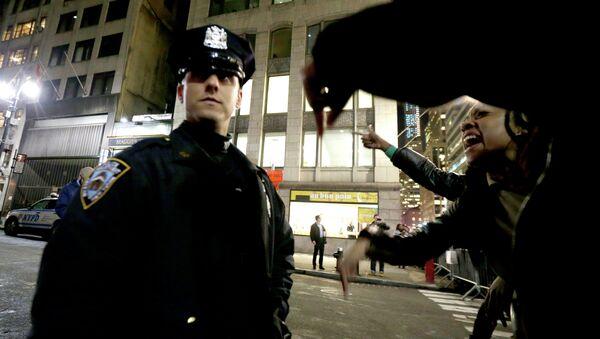Полицейский и протестующие на улицах Нью-Йорка. Архивное фото