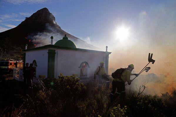 Пожарные тушат огонь возле мечети в Кейптауне, ЮАР