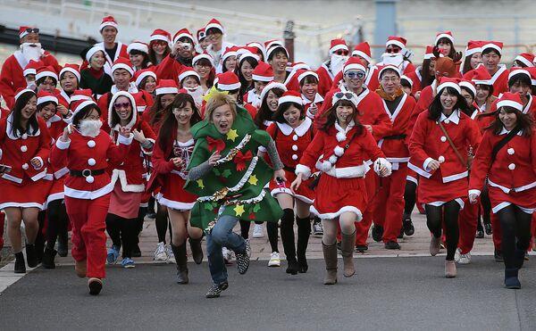 Участники забега Санта-Клаусов в Токио, Япония