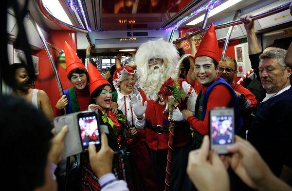 Люди в новогодних костюмах в метро Сан-Паулу, Бразилия