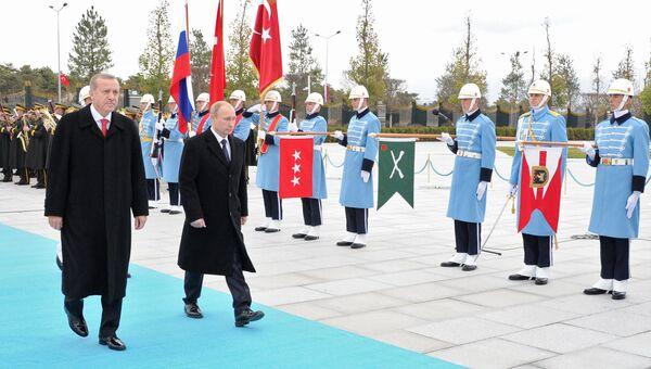 Президент России Владимир Путин на церемонии официальной встречи президентом Турецкой республики Реджепом Тайипом Эрдоганом в Анкаре, Турция. Архивное фото