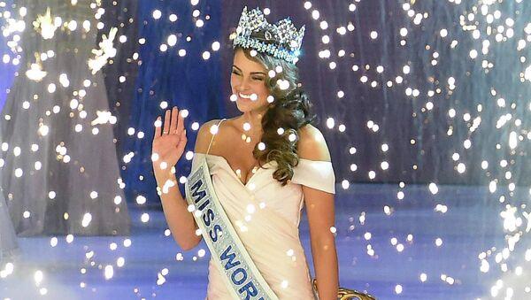 Победительница конкурса Мисс Мира - 2014 Ролен Штраус (ЮАР), Эдина Кулшар (Венгрия) и Элизабет Сафрит (США), занявшие второе и третье места