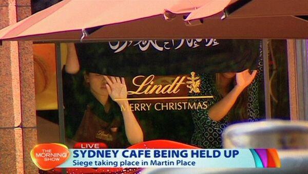 Кадр из видео, на котором видно заложников в кафе в Сиднее